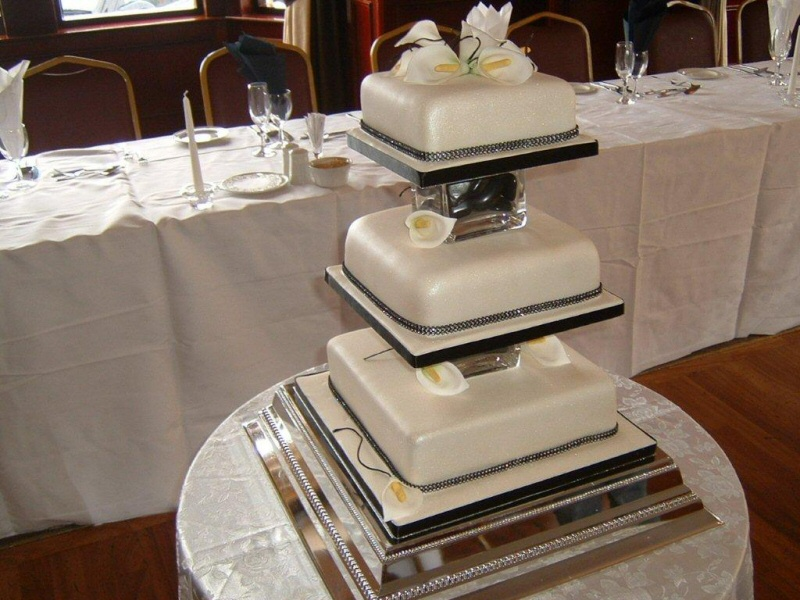 Photo Natalie 3 tier square ivory wedding cake with Cala lilys for
